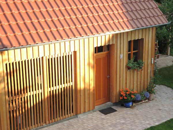 Fassadenverkleidung aus Glattkantbrettern von Holz-Wiegand in Würzburg.